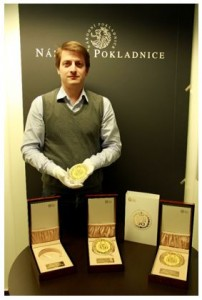 Ředitel Národní Pokladnice Luboš Krčil s medailemi