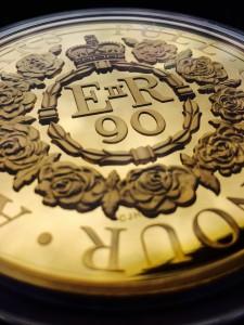Pamětní mince k 90. narozeninám Alžběty II.