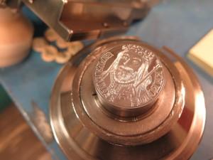 Ražba pamětní medaile k 700. výročí narození Karla IV.